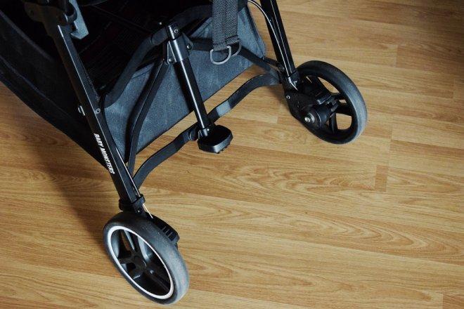 Foto del sistema de freno de doble pedal de la silla ligera compacta Kuki de Baby Monsters
