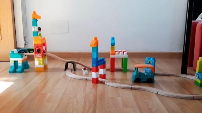 Construcción de circuito de carreras Mega Bloks y pista de tren de Ikea para post Yo tambien lo sello