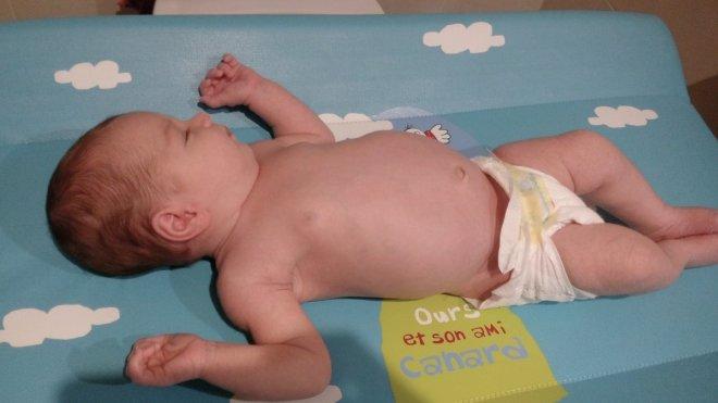 Bebe tumbada en un cambiador con pañal Dodot sensitive