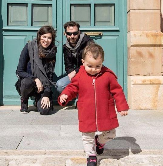 Padre y madre agachados viendo a su hija correr, portada para cabecera sobre mi del blog conciliando por la vida sobre maternidad imperfecta