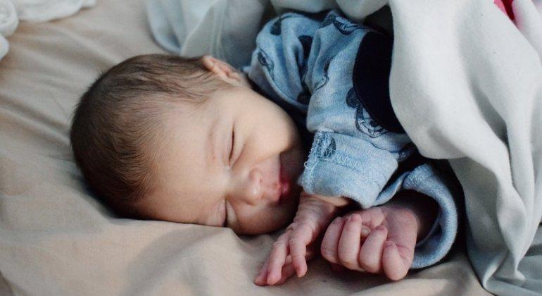 Mi bebe duerme mal o duerme bien, bebé durmiendo feliz en la cama de los padres haciendo coclecho