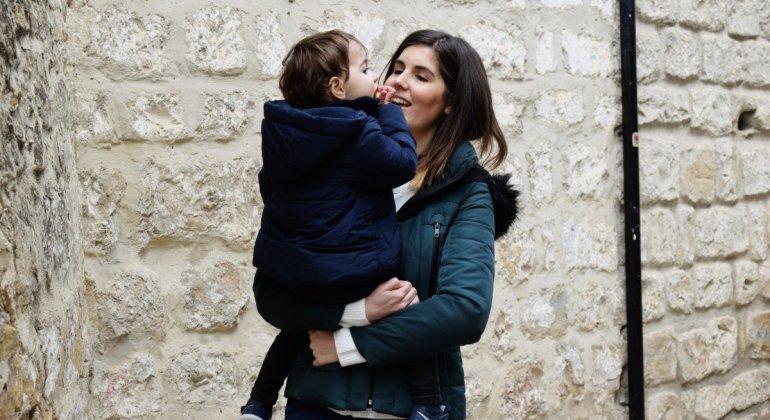 Echaré de menos por no tener más hijos, madre sujetando a niña en brazos