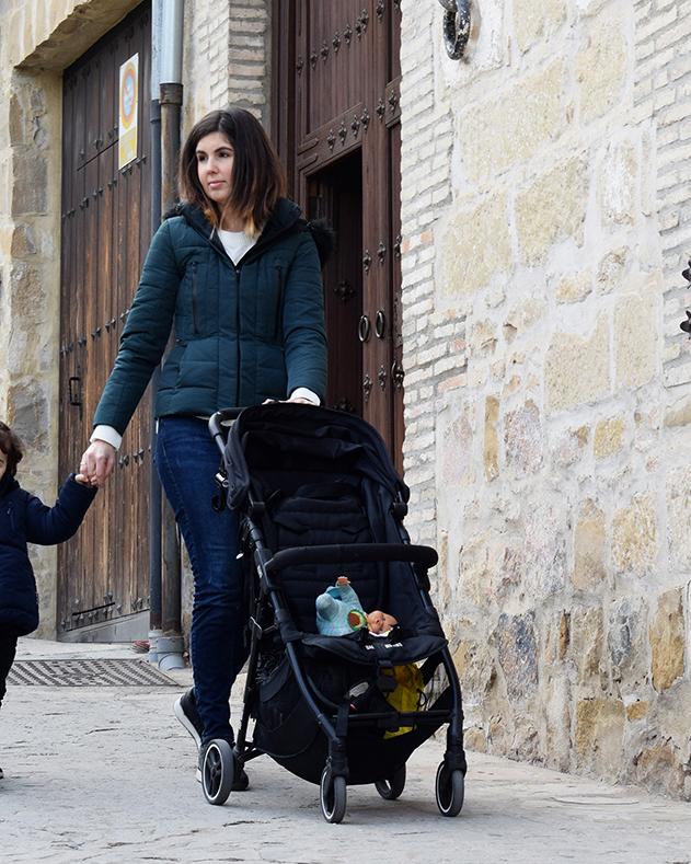 Fotografía para el post recomiendo la silla ligera kuki de baby monsters, madre paseando con una silla ligera y un bebé de la mano