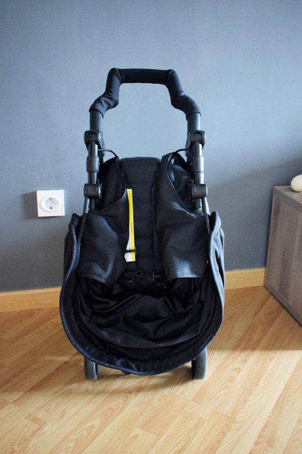 Fotografía para el post recomiendo la silla ligera kuki de baby monsters, silla plegada en formato equipaje de mano