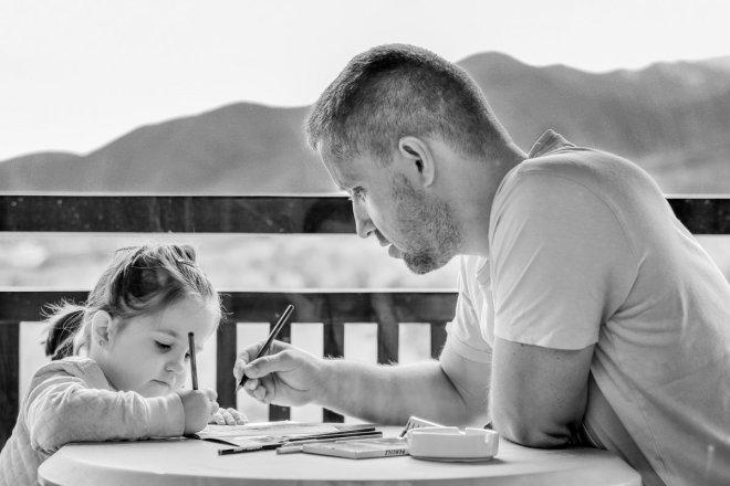 Padre dibujando con hija, la conciliación no existe son los padres
