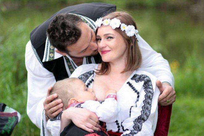 Padres vestidos de manera tradicional dando el pecho a su bebé, para el post Cosas de niños mayores que toman teta