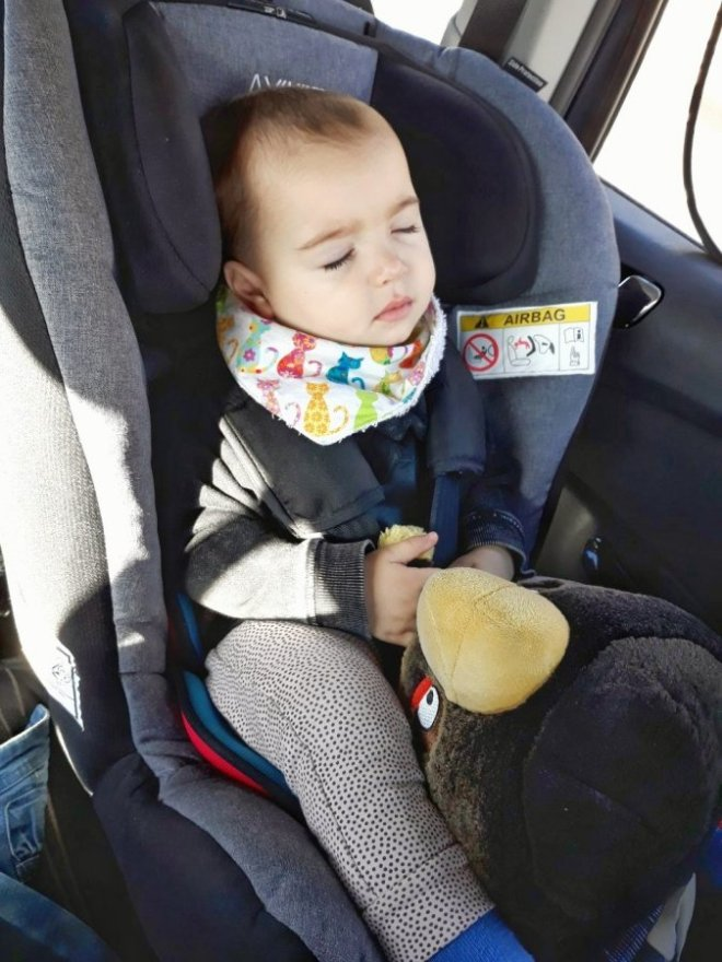 Bebé de 1 año viajando en un coche en un sistema de retención infantil a contramarcha es más seguro