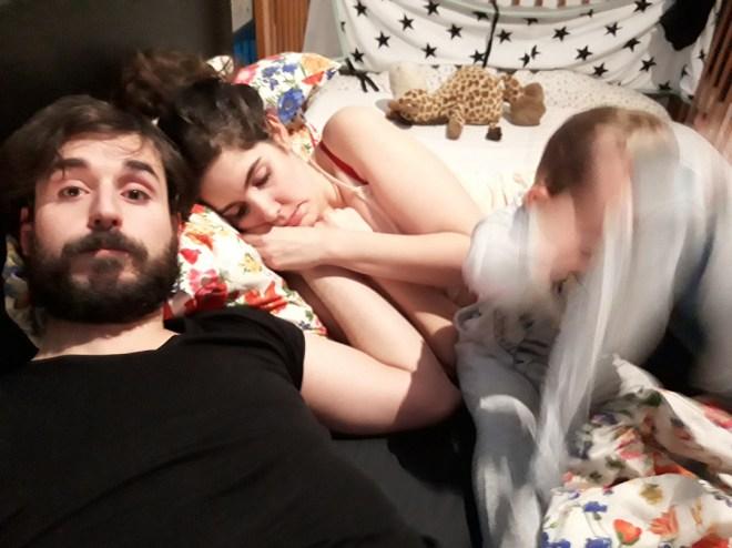 Pareja de padres intentando dormir mientras bebé de alta demanda está intenso