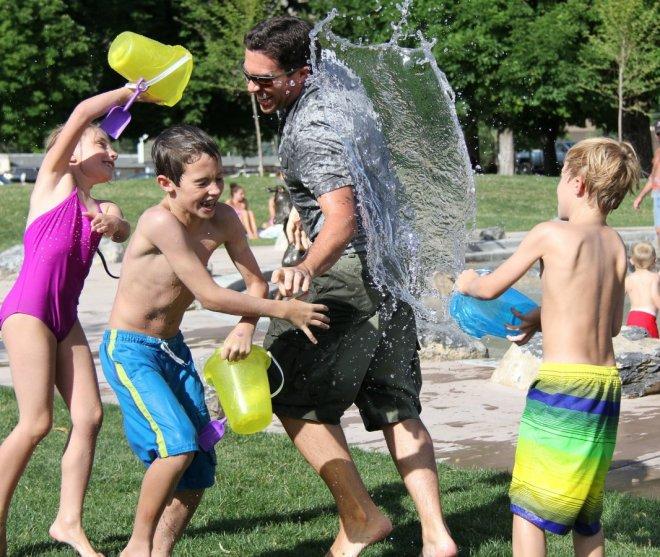 Padre jugando con niños en verano, nos apañamos como podemos con ellos, #RetoVerano