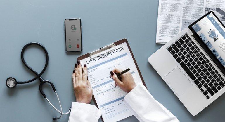 Médico tomando notas, ponerse el DIU en la seguirdad social