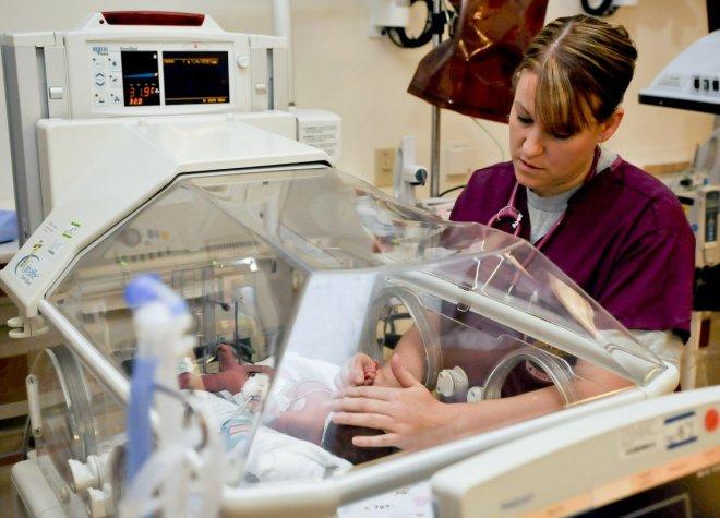 Enfermera en la UCI de neonatos, necesitamos que todos los médicos protejan la lactancia materna.