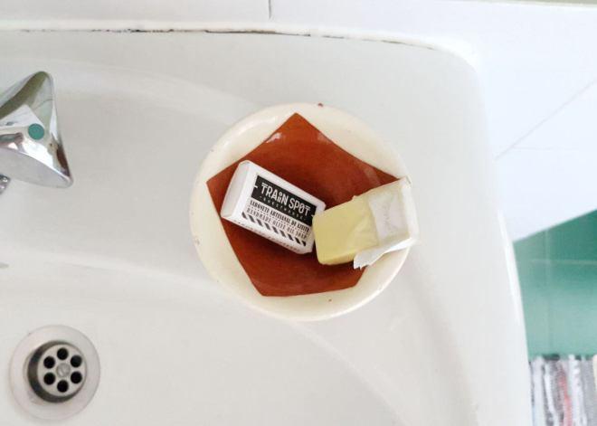 jabones artesanales en el lavabo de una habitación en train spot en beira portugal