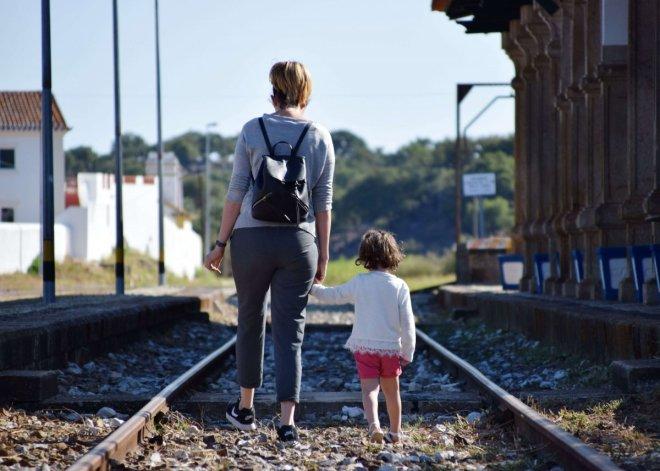 madre e hija caminando por unas vias abandonadas en el train spot en beira portugal