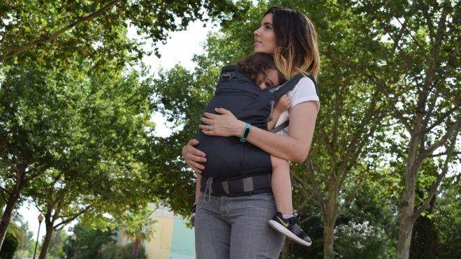 Mamá porteando a una niña de 2 años y medio en una mochila ergonómica mochila de porteo toddler barata p4 preschool de lingling d'amour