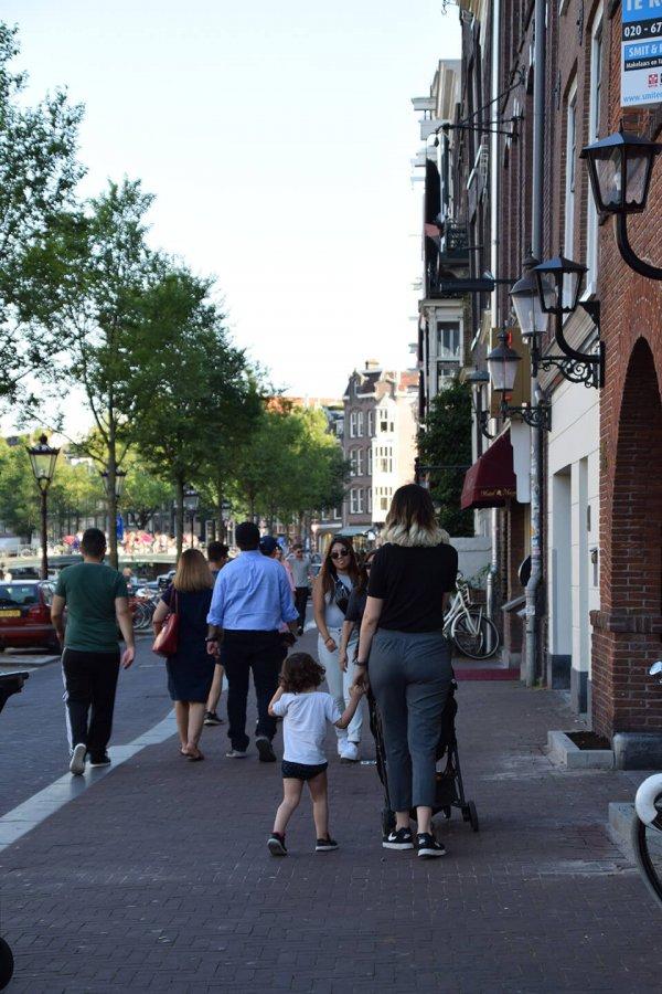 Madre e hija paseando en su visita de 2 días a Amsterdam
