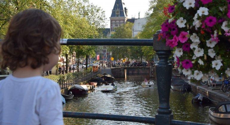 Vista desde un puente de los canales de Amsterdam