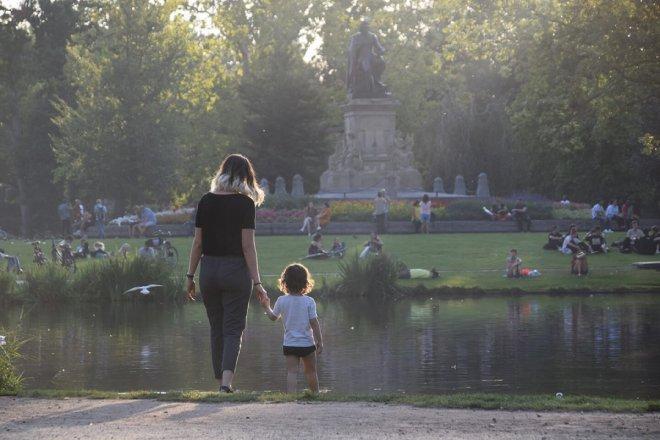 Madre e hija visitando el parque Vondelpark en Amsterdam, parada obligatoria en una visita de 2 o 3 días