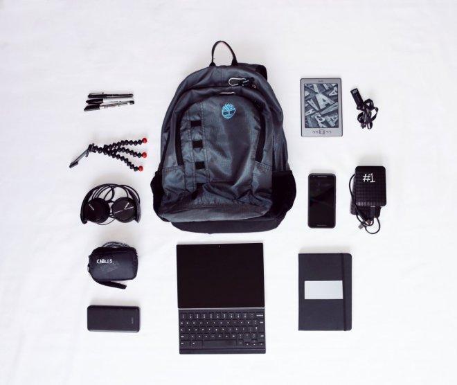 Cómo llevar toda tu electrónica sin facturar equipaje, mochila con todo tipo de gadgets