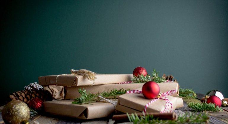 Pila de regalos para Papa Noel o los Reyes Magos, reflexión sobre el consumismo y como hacer para gastar menos