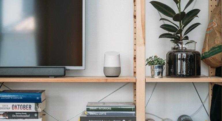 Google home o Alexa en un mueble de salón, donde te pueden ayudar a practicar la disciplina positiva