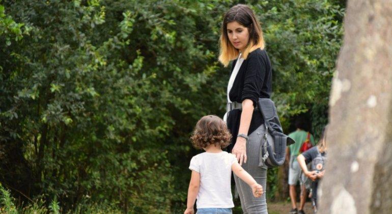 Madre atendiendo a su hija, en vez de decir no pasa nada
