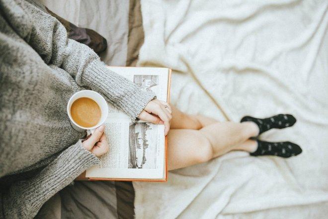 Un café y un libro, maravillosa manera de practicar autocuidado.