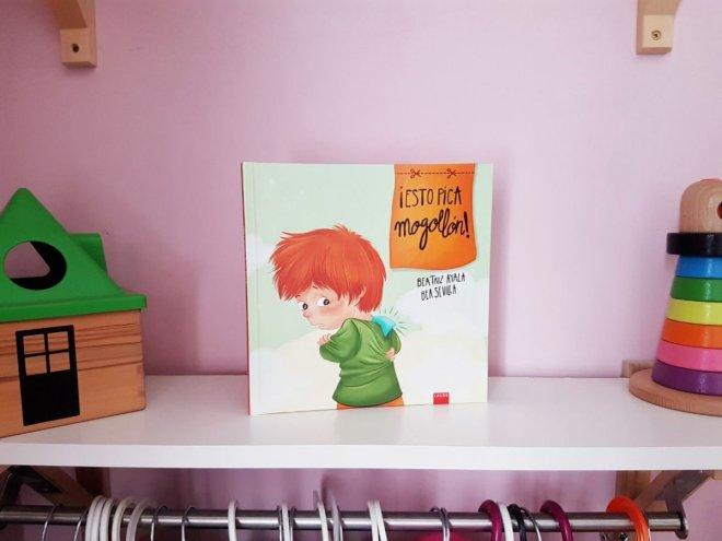 FOto del libro esto pica mogollón, para hablar de etiquetas y el efecto pigmalión con niños de unos 4 años