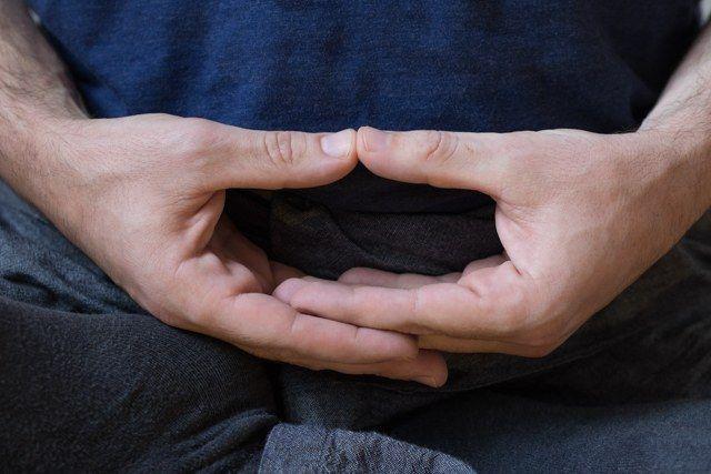 Posición de las manos durante la meditación zen (mudra cósmico)