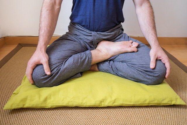 Posición de medio loto (postura de meditación)