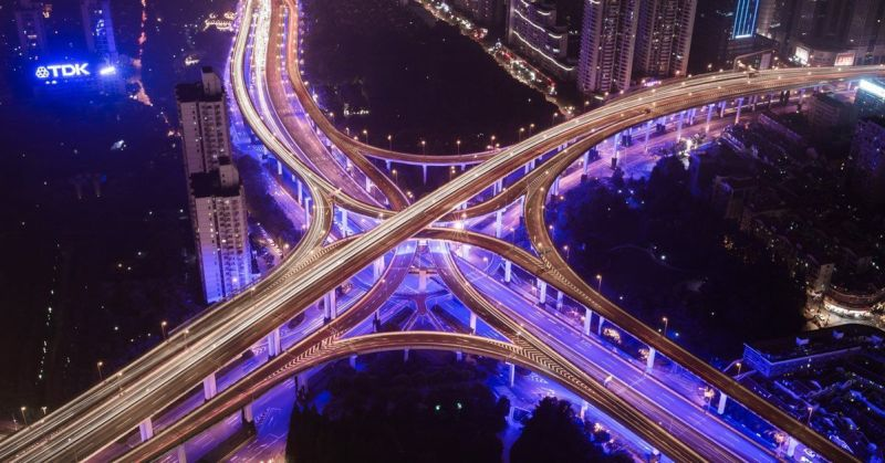 Fotografía aérea noctura de un nudo de carreteras
