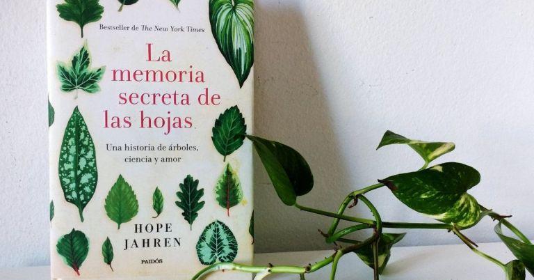 Fotografía del libro La memoria secreta de las hojas, de Hope Jahren en la edición de la editorial Paidós. El libro aparece junto a una planta.