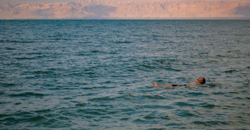 Fotografía de persona flotando en el mar