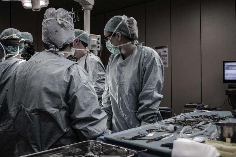 Profesionales sanitarios durante una cirugía