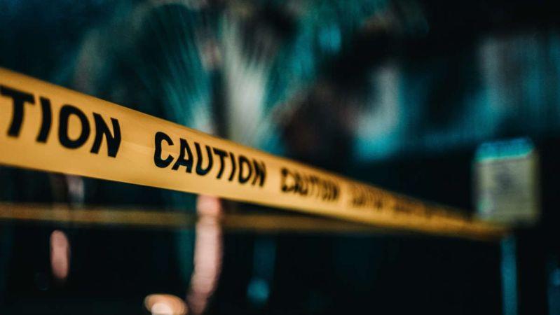 Fotografía de cinta con el texto 'caution' (precaución) escrito en ella.