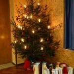 Die Geschenke, die der Nikolaus an die Kinder übergeben wird, stehen unter dem Christbaum bereit