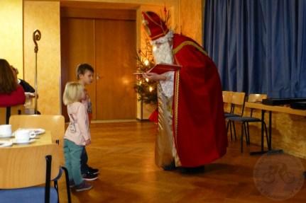 Respekt hatten die Kinder vor dem Nikolaus schon, dabei war das ein ganz netter Nikolaus