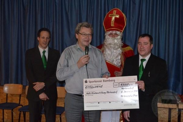 Einen Scheck übergaben die beiden Vorstände an Monsignore Edgar Hagel für die Renovierung der Merkendorfer Kirchenglocken