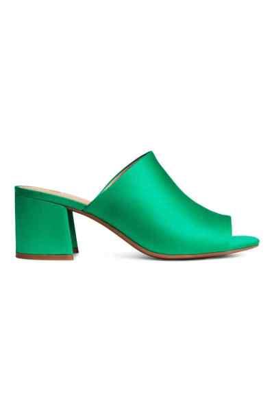 Mule a tacco medio verde di H&M a €24,99... per chi vuole togliersi lo sfizio senza spendere molto! C'è anche in altri colori.
