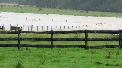 How to adapt concrete posts for a flood fence