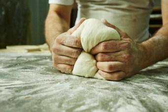 LES MANS DEL FORNER El forner forma les peces dels pans de pagès. Autor/a: Nicolay Hristov Operador/a inscrit: CT/3603/E Nicolay Hristov Kambarev Lloc: Sabadell (Vallès Occidental)