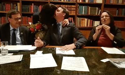 """Michelle Bolsonaro """"invade"""" live do presidente para comemorar 12 anos de casamento; assista ao vídeo 15"""