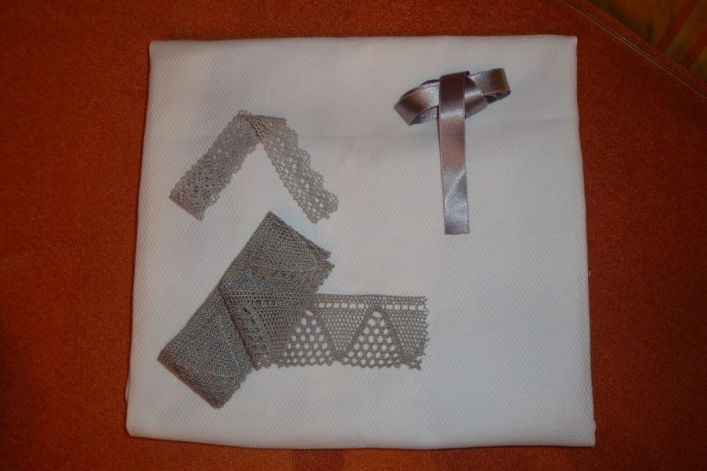 Faldón Blanco con Encajes de Bolillos en Gris (2/4)