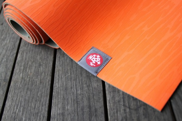 yoga-mat-lifestyle-balance-manduka-orange-wood