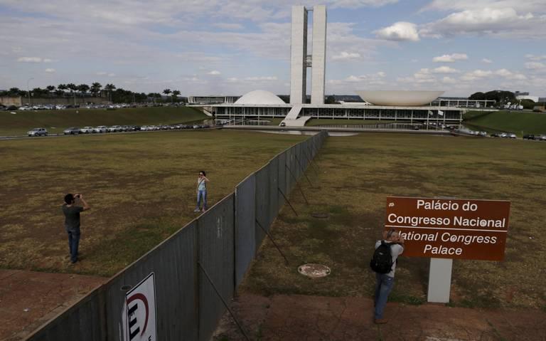 Extra#4-muro-impeachment-brasilia
