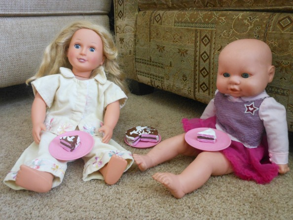 doll accessories - Such a cute way to make doll cakes! The instruction video is so easy to follow.