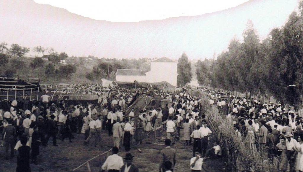 Una misma perspectiva del siniestro en tres tiempos. Ahora ya los espectadores, tras reponerse, huyendo en masa, unos en sentido al pueblo y otros en contrario hacia la barriada de La estación de tren, ocupando totalmente la carretera. 17 de agosto 1961.