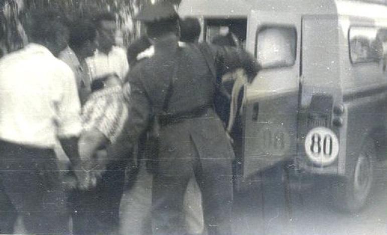 Introduciéndose a un herido tendido en el Land Rover de la Guardia Civil que asistía a la corrida. 17 de Agosto 1961