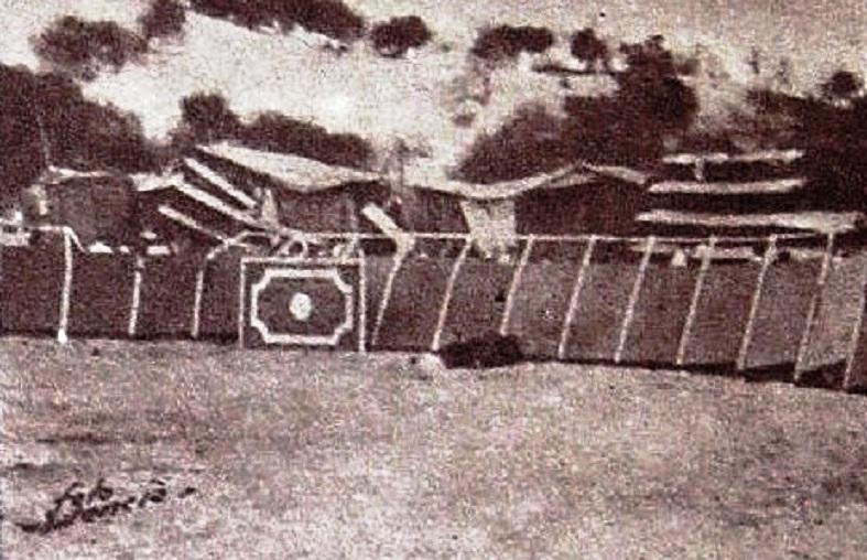 El novillo muerto, al fondo junto a las tablas, tras la inmediata intervención de Carlos Corbacho y su diligente cuadrilla. 17 de agosto 1961