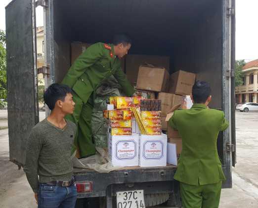 Công an thị xã Ba Đồn tạm giữ hơn 3.200 quả pháo điện tử trên xe ôtô tải