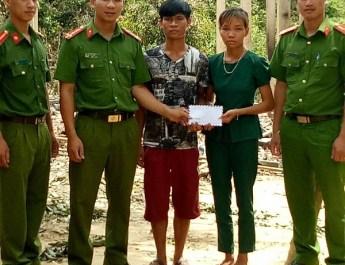 Công an Tuyên Hóa hỗ trợ, chia sẻ khó khăn với gia đình anh Cao Văn Minh